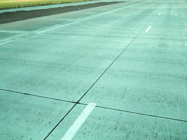 Изглед на површината на цементно-бетонски коловоз со херметизирани спојници